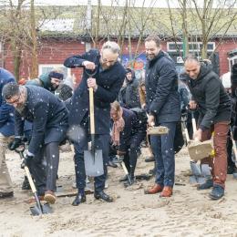 """De første spadestik blev taget, da der var """"Bulldozer Dag"""" i anledning af opførelsen af den nye arkitektskole ved Godsbanen i Århus. Her ses bl. a. Bünyamin Simsek (rådmand), Ole Birk Olesen (minister for transport, bygning og bolig), Jacob Bundsgaard (Århus borgmester), Rabih Azad-Ahmad (rådmand) og Ingelise Bogason (Arkitektskolen Aarhus)"""