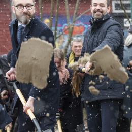"""De første spadestik blev taget, da der var """"Bulldozer Dag"""" i anledning af opførelsen af den nye arkitektskole ved Godsbanen i Århus. Fra venstre er det Ole Birk Olesen (minister for transport, bygning og bolig) og Jacob Bundsgaard (Århus borgmester)."""