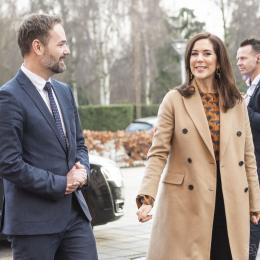 Kronprinsesse Mary besøgte den 30. januar 2019  Frivillighuset Lokalcenter Trøjborg, Århus, hvor hun blandt andet mødte brugerne og legede med børn. Her er hun på vej ind sammen med Århus borgmester Jacob Bundsgaard