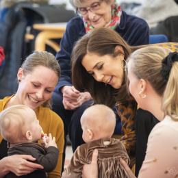 Kronprinsesse Mary besøgte den 30. januar 2019  Frivillighuset Lokalcenter Trøjborg, Århus, hvor hun blandt andet mødte brugerne og legede med børn. På billedet er hun inviteret med i rundkreds, hvor der bliver sunget børnesange og leget med de små